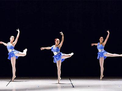 danza saggio tre ballerine blu
